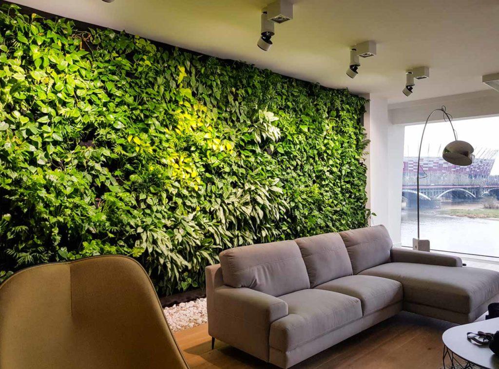 Żywa zielona ściana w apartamencie pokazowym w apartamentowcu The Tides
