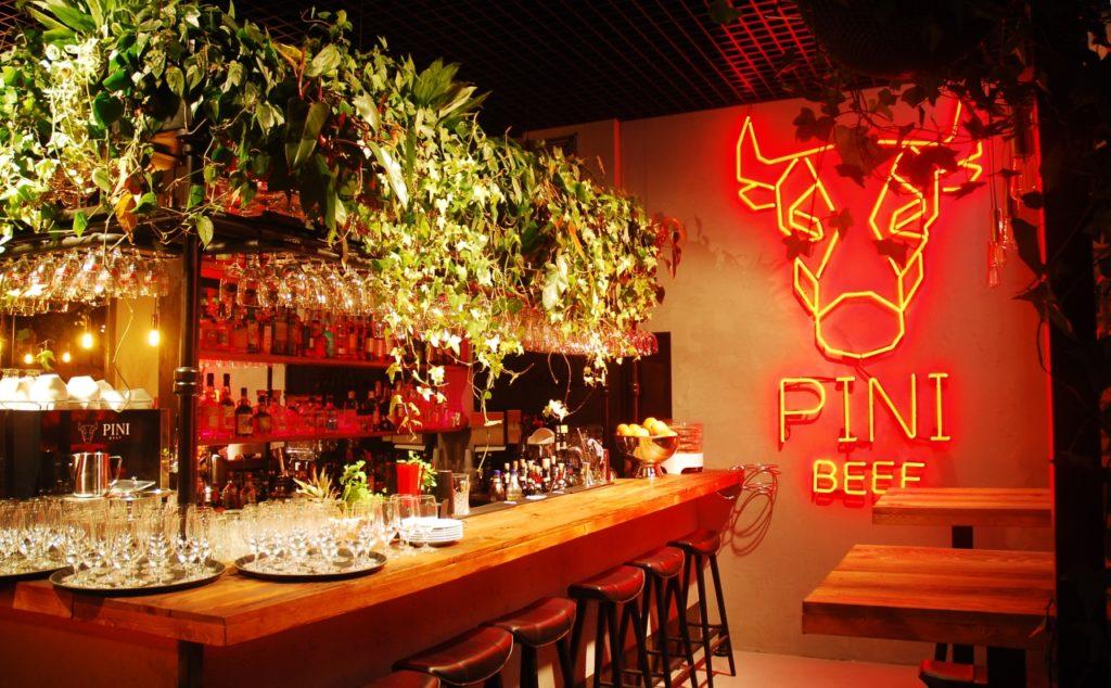 Zielona ściana w restauracji Pini w Łodzi