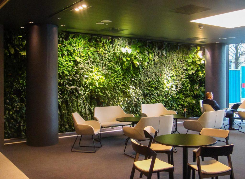 Zielona ściana w restauracji biurowca Eurocentrum