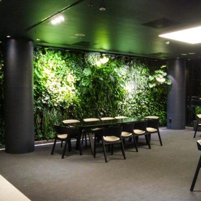 Zielona-ściana-w-restauracji-biurowca-Eurocentrum-2.jpg