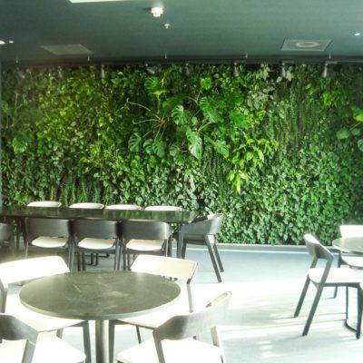 Zielona-ściana-w-restauracji-biurowca-Eurocentrum-3.jpg