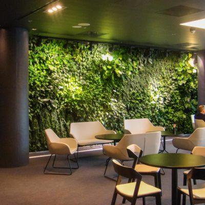 Zielona-ściana-w-restauracji-biurowca-Eurocentrum.jpg