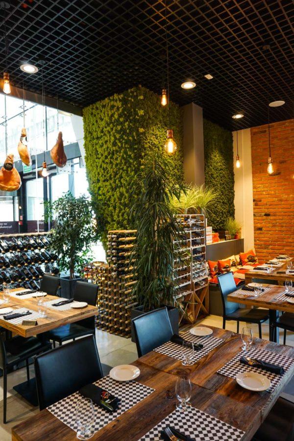 Zielona ściana z chrobotka w restauracji PINI w Galerii Mokotów